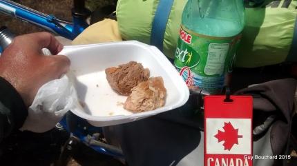 Des gens sont arrêtés sur le bord de la route pour me donner de la viande et du jus!