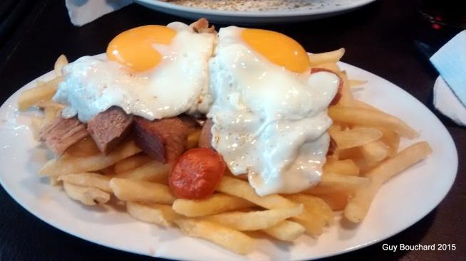 Chorillana (Frites, saucisses, porcs, oeufs). C'est typiquement chilien!